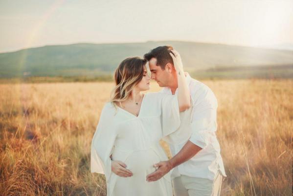 mariée enceinte et son marié